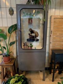 Oude metalen vitrinekast (dokterskast)