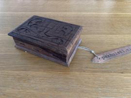 Kistje van donker hout