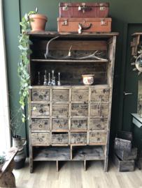 Oude houten kast met veel laadjes