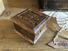 Klein kistje van bewerkt hout