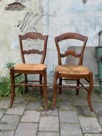 Houten stoeltjes met rieten zitting