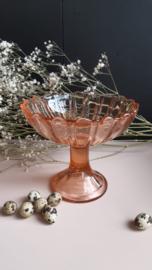 Schaal op voet - roze glas