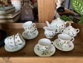 Engels theeservies - aardbeien en vlinders