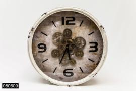 Witte klok met open uurwerk