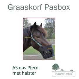 PASBOX AS Das Pferd graaskorf met Halster.