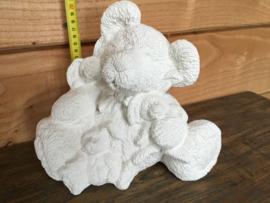 Keramiek beer met knuffels 21 cm hoog