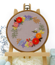 Bumble Bee and Flowers - Embroidery (Bij met Bloemen)