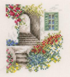 Home and Garden - Steegje met Bloemen