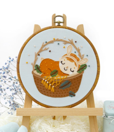 Baby Sleeping Girl in Basket - Embroidery (Slapend Meisje in een Mand)