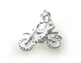 zilveren cross motorrijder