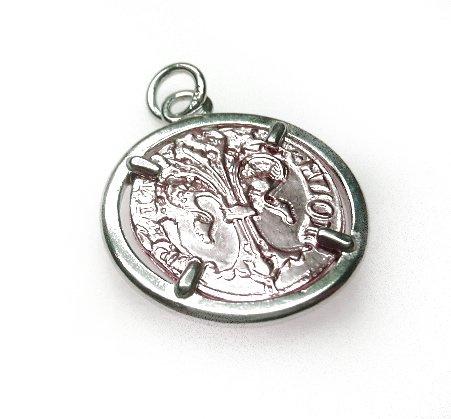 Zilveren hanger met vergulde munt