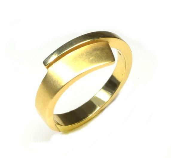 Gouden ring mat en glanzend