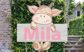 Geboortebord Mila  -  giraffe kijkt over hekje