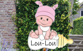 Geboortebord Lou-Lou - schattige baby met roze mutsje slabbetje fles