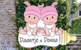 Geboortebord Daantje & Donna - baby meisjes met mutsje op flesheb
