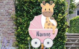 Geboortebord Nanne - giraffe in wieg kinderwagen wandelwagen