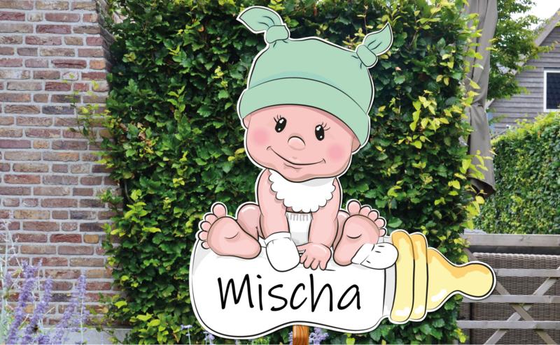 Geboortebord Mischa - schattige baby met groen mutsje slabbetje fles