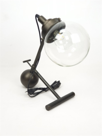 Mansion atmosphere Industriële lamp met metalen voet rond glas