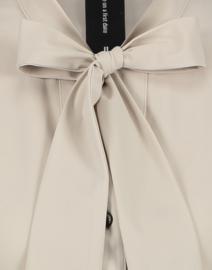 Jane Lushka 2021 Corina travelstof blouse sand U72122339P met pussy bow kraag