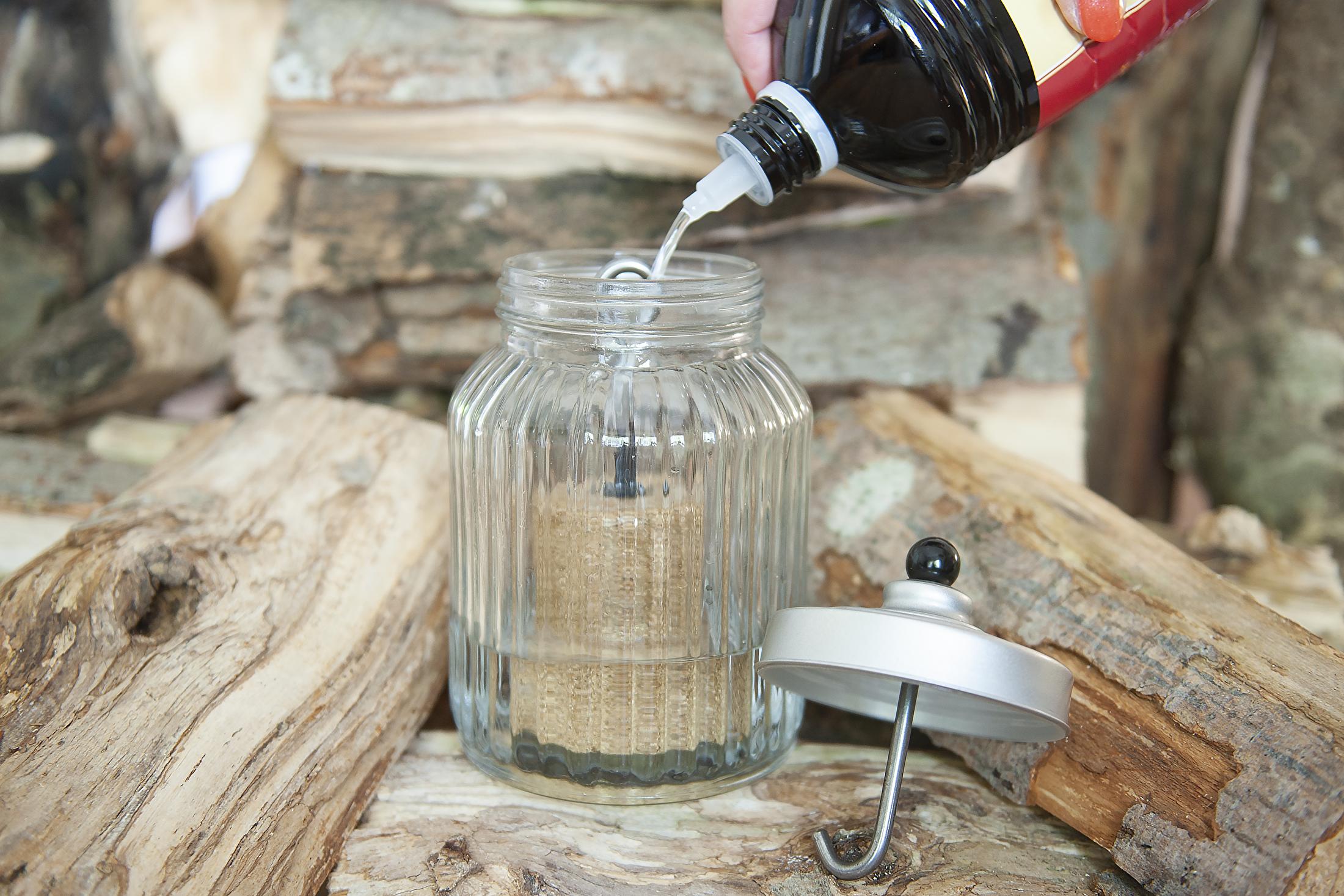 1 : Vul de pot met lampenolie