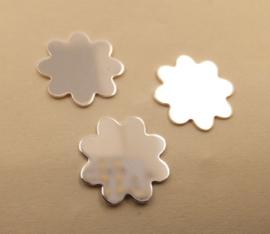 Zilveren rondel bloemvorm 14 mm en dik 0,40 mm.