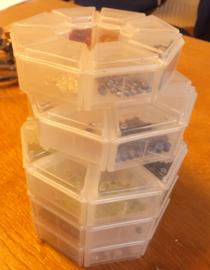 40 bakjes met kleine edelsteen kralen. vanaf 3mm