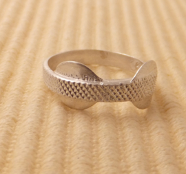 Ring Zilver maat 17,8mm zonder steen breed 3,5mm, 2 rondellen 8mm.