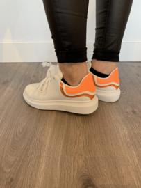 Witte sneaker met oranje