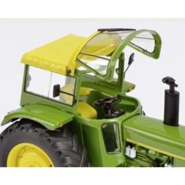 John Deere 3120 met Fritsmeier cabine tractor. SC7677 Schaal 1:32