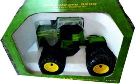 John Deere 9200 met 12 wielen schaal 1:16 ERTL15009