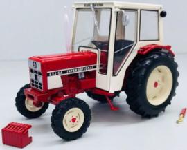IH 633-SA tractor met cabine en 2 wielaandrijving. REP183 Schaal 1:32