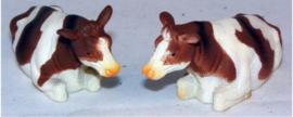 2 stuks roodbruine liggende koeien - kids Globe - Schaal 1:32