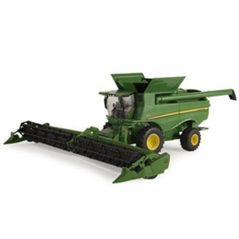 John Deere S680 Combine with header. ERTL 46500 Scale 1:32