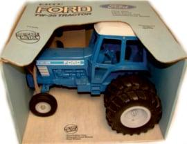 Ford TW35 2WD en staat op Dubbellucht ERTL 818 schaal 1:12