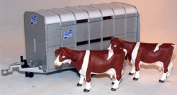 Ifor Wlliams livestock trailer with 2 cows Si2890 Scale 1:32