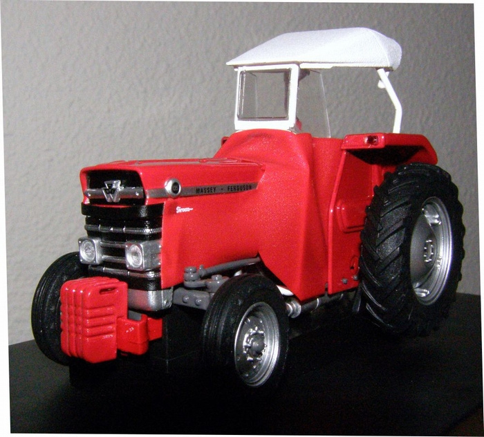 MF 135 with Red Sirocco jacket and white cap UH5292 Scale 1:32
