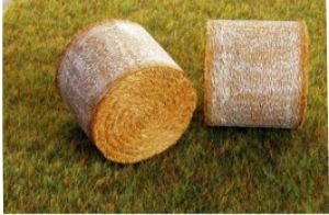 Round straw bales ADF32501 from Agri Collectables. Scale 1:32