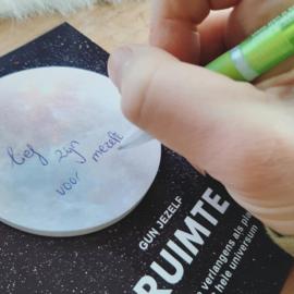 'Manifest your dreams' - hartenliefs pakketje - ruimte - rust - vertrouwen - dromen manifesteren - gouden driehoek - postkaart - pen - spreuk - volg je hart