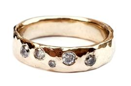 Gouden gehamerde ring met diamanten