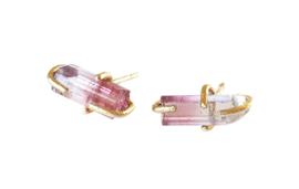 Gouden oorstekers met ruwe toermalijn