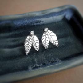 Zilveren blaadjes oorstekers met Moissaniet