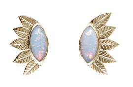 Gouden blaadjes oorstekers met sterling opaal