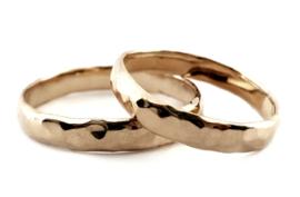 Gehamerde gouden ring