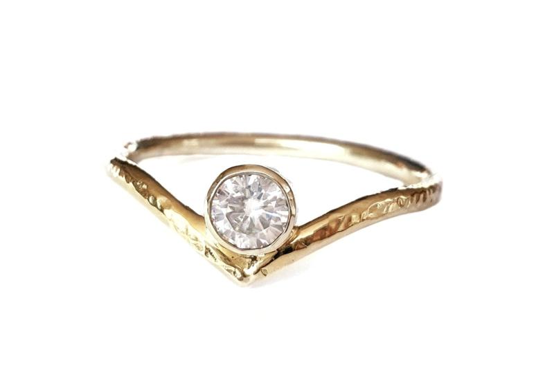 Gouden wishbone ring met moissanite