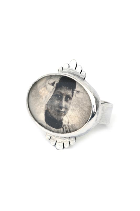 Zilveren ring met zeeuws klederdracht portret