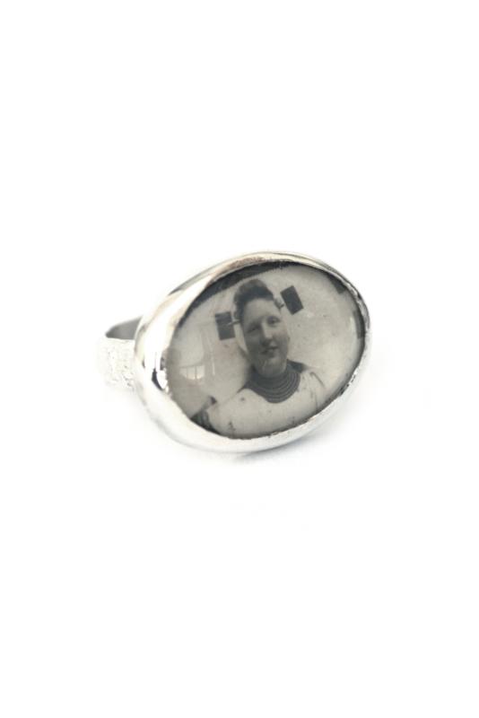 Zilveren ring met klederdracht portret
