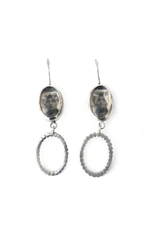 Zilveren oorbellen met klederdracht portret
