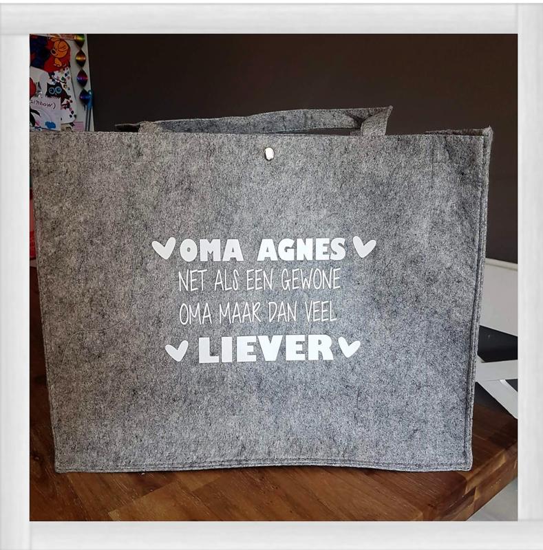 """Vilten tas """"net als een gewone oma"""""""