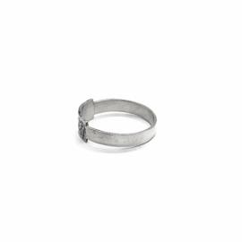 Ring met gehamerd tussenstuk