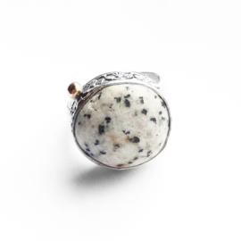 Ring met dalmatiërjaspis